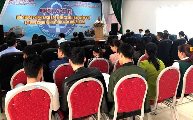 Cán bộ Bảo hiểm xã hội tỉnh Yên Bái giới thiệu về chính sách bảo hiểm xã hội, bảo hiểm y tế, bảo hiểm thất nghiệp.