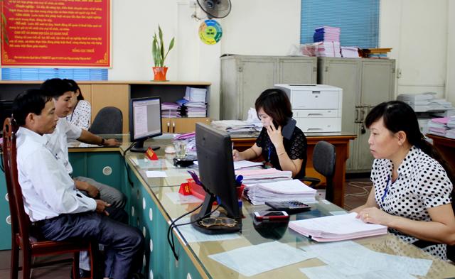 Cán bộ Chi cục Thuế huyện Trấn Yên giải quyết các thủ tục hành chính với người nộp thuế.