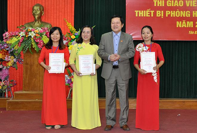 Đồng chí Vương Văn Bằng - Giám đốc Sở Giáo dục và Đào tạo trao giải Nhất cho các giáo viên xuất sắc.