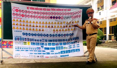 Cảnh sát giao thông thị xã Nghĩa Lộ tuyên truyền pháp luật về ATGT trong các trường học.