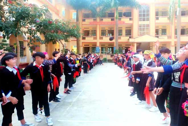 Các trò chơi dân gian được tổ chức sôi nổi trong Trường PTDTNT THCS huyện Mù Cang Chải.
