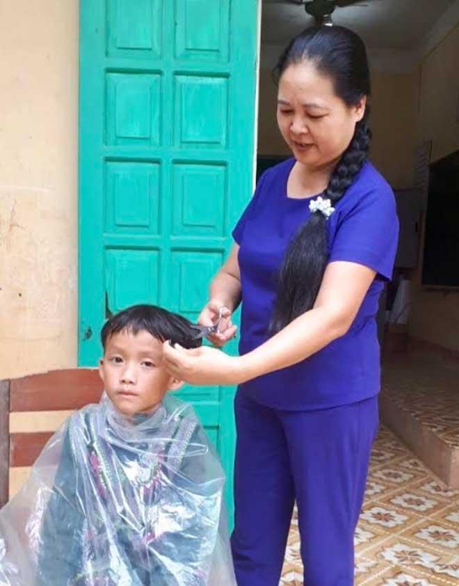 Cô Lương Thị Minh Phương tận tình chăm sóc học trò của mình.