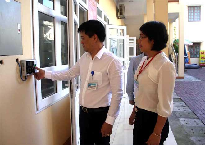 Cán bộ, công chức phường Hồng Hà điểm danh khi đến làm việc.
