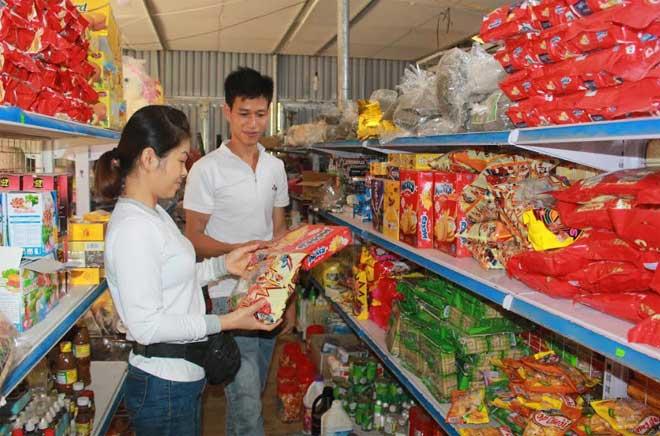 Ngoài vườn cam cho thu 200 triệu đồng/năm, Triệu Ngọc Hoài còn năng động mở cửa hàng tạp hóa ở xã Vĩnh Lạc (Lục Yên).