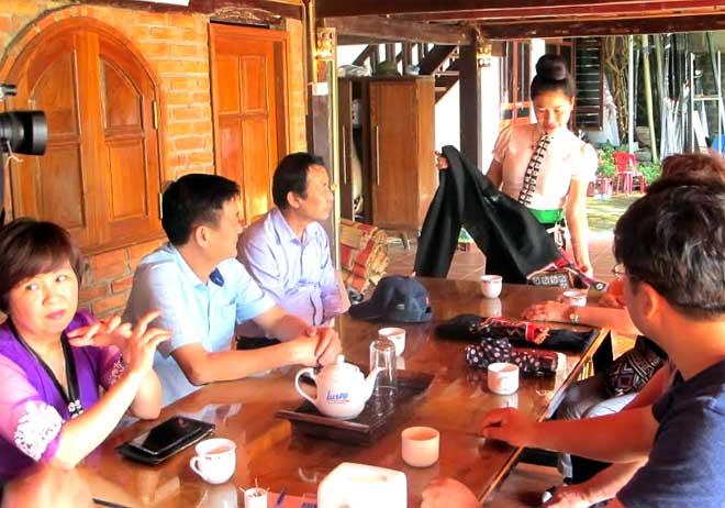 Phụ nữ Thái Nghĩa Lộ giới thiệu về trang phục truyền thống cho du khách Hàn Quốc.
