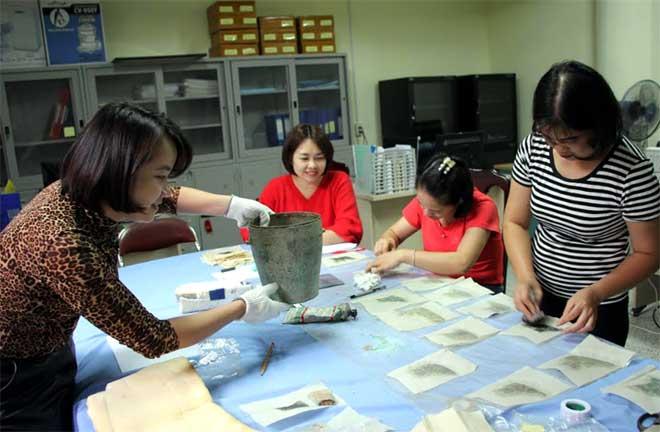 Cán bộ Bảo tàng tỉnh Yên Bái bảo quản hiện vật phục vụ trưng bày tại nhà bảo tàng trong thời gian tới.