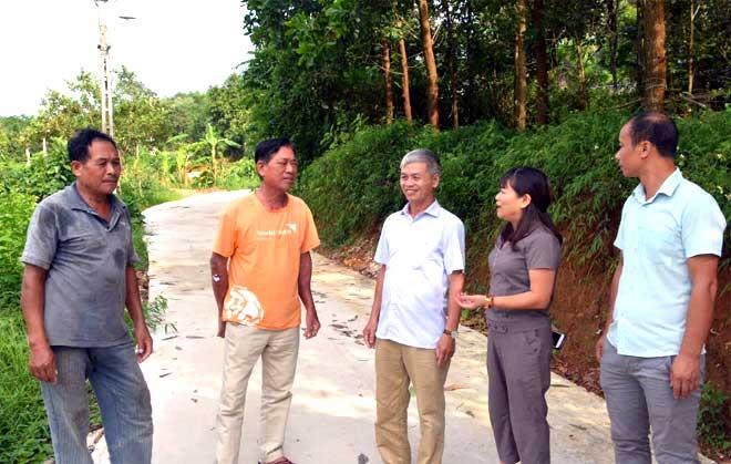 Lãnh đạo xã và Phòng Kinh tế và Hạ tầng huyện Yên Bình kiểm tra tuyến đường mới được kiên cố hóa trên địa bàn Tân Hương.