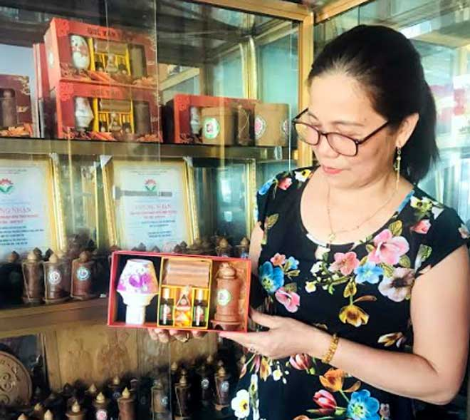 Đồ thủ công mỹ nghệ từ quế của huyện Văn Yên trở thành mặt hàng lưu niệm được nhiều người yêu thích.