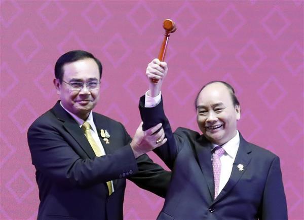 Việt Nam đã chính thức đảm nhận vai trò Chủ tịch ASEAN 2020. Ảnh:  Ủy viên Bộ Chính trị, Thủ tướng Chính phủ Nguyễn Xuân Phúc nhận búa Chủ tịch ASEAN từ Thủ tướng Thái Lan Prayuth Chan-o-cha tại Hội nghị Cấp cao ASEAN 35 bế mạc ngày 4/11 vừa qua.