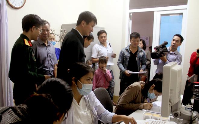 Chủ tịch UBND tỉnh Trần Huy Tuấn động viên các y bác sỹ và các gia đình có trẻ khám sàng lọc theo chương trình.