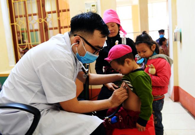 Trẻ em khu vực 4 huyện, thị xã miền Tây của tỉnh được khám sàng lọc bệnh tim tại Bệnh viện Đa khoa khu vực Nghĩa Lộ.