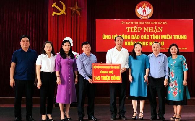 Lãnh đạo Ủy ban Mặt trận Tổ quốc tỉnh tiếp nhận ủng hộ của Hiệp hội Doanh nghiệp tỉnh.