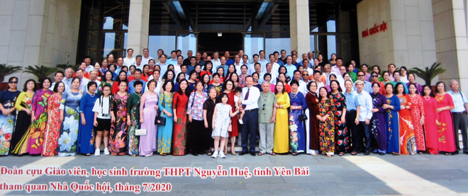 Các cựu giáo viên, học sinh khóa 1972 - 1975 Trường cấp IIIA (Nay là Trường THPT Nguyễn Huệ) thăm Nhà Quốc hội.