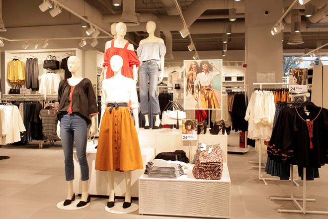 Nhiều sản phẩm thời trang trong nước có mặt tại Yên Bái khẳng định thêm giá trị Việt trong lựa chọn của người tiêu dùng. (Ảnh: Thủy Thanh)