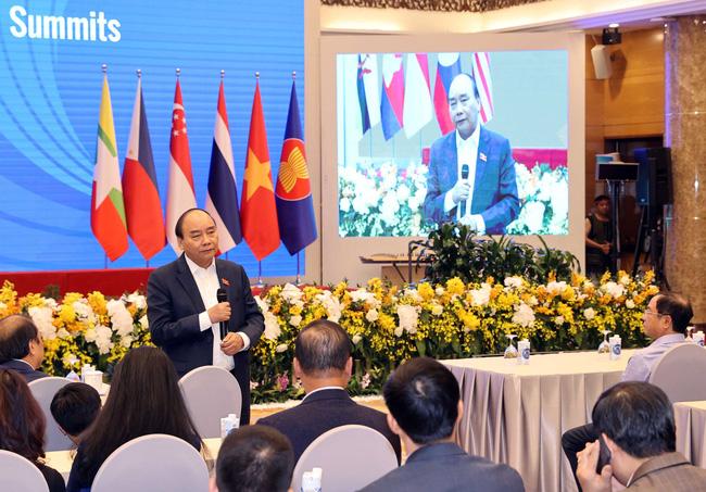 Thủ tướng Nguyễn Xuân Phúc thị sát công tác chuẩn bị Hội nghị cấp cao ASEAN 37 vào chiều tối 11/11.