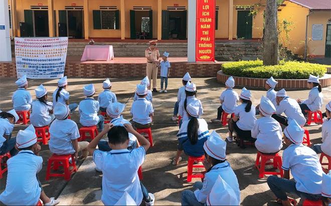 Cảnh sát giao thông - Trật tự, Công an huyện Văn Chấn tuyên truyền pháp luật về ATGT tại Trường Tiểu học Đồng Khê.