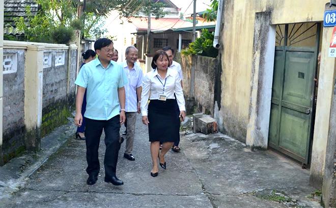 Lãnh đạo thành phố Yên Bái và phường Nguyễn Thái Học kiểm tra thực tế tại tổ dân phố số 11.