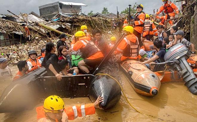 Cứu hộ người dân Philippines trong bão Vamco.