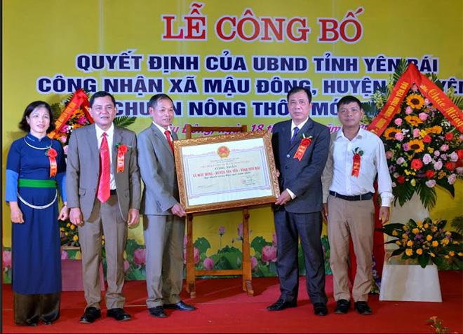 Thừu ủy quyền, lãnh đạo Sở Nông nghiệp và Phát triển Nông thôn trao Bằng công nhận xã Mậu Đông đạt chuẩn nông thôn mới năm 2020.