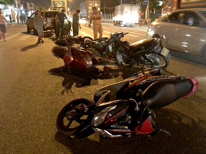 10 chiếc xe máy bị hư hỏng, nằm la liệt trên đường.
