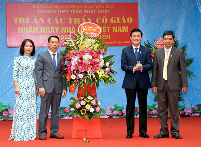 Đồng chí Phó Chủ tịch UBND tỉnh Nguyễn Chiến Thắng tặng hoa và chúc mừng các thầy, cô nhà trường nhân kỷ niệm 38 năm Ngày Nhà giáo Việt Nam 2020.