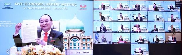 Thủ tướng Nguyễn Xuân Phúc và lãnh đạo các nền kinh tế thành viên thông qua 'Tầm nhìn APEC Putrajaya 2040' (ảnh chụp màn hình TV).