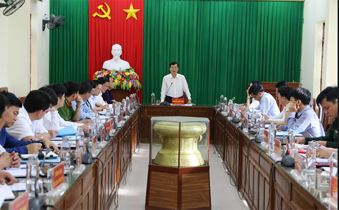 Đồng chí Nguyễn Minh Tuấn - Ủy viên Ban Thường vụ, Trưởng ban Tuyên giáo Tỉnh ủy kiểm tra việc triển khai Nghị quyết và Chương trình hành động 190 của Tỉnh ủy tại Đảng bộ huyện Trấn Yên.