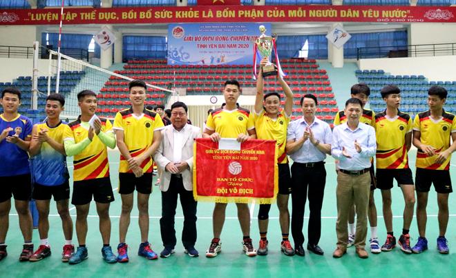 Ban tổ chức trao Cup và phần thưởng cho đội bóng chuyền huyện Lục Yên.