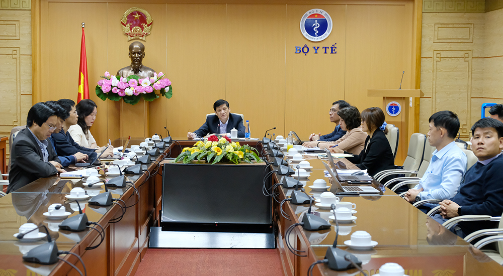 Giáo sư, tiến sĩ Nguyễn Thanh Long- Bộ trưởng Bộ Y tế chủ trì cuộc họp khẩn chiều ngày 30/11 tại điểm cầu Bộ Y tế Ảnh: Trần Minh