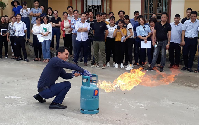 Học viên tham gia lớp tập huấn thực hành chữa cháy