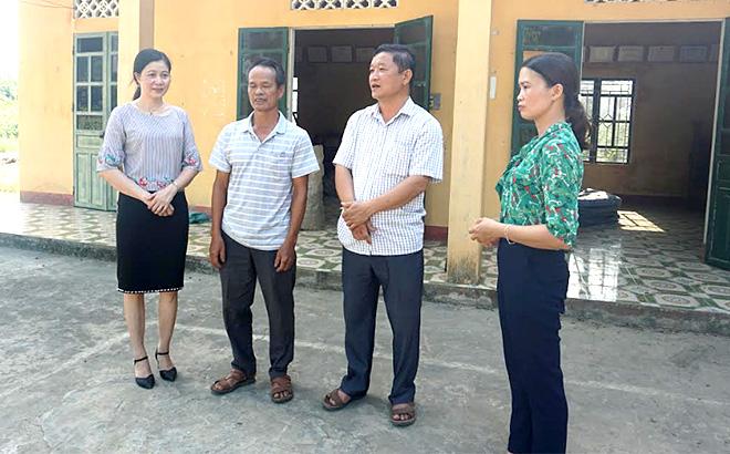 Lãnh đạo Ban Dân vận Huyện ủy Lục Yên trao đổi với cán bộ cơ sở về công tác vận động quần chúng của Đảng.