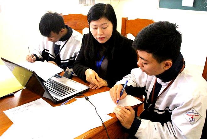 Học sinh Trường THPT Chuyên Nguyễn Tất Thành nghiên cứu khoa học - kỹ thuật với sự hỗ trợ từ giáo viên.