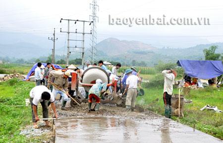 Nhân dân xã Phù Nham (Văn Chấn) góp sức bê tông hóa đường giao thông nội đồng.