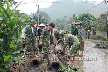 Lực lượng vũ trang huyện Văn Yên tham gia tu sửa đường giao thông nông thôn tại xã Yên Phú.