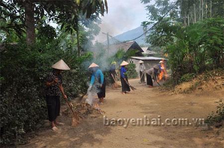Nhân dân xã Thanh Lương (huyện Văn Chấn) vệ sinh đường làng, ngõ xóm.