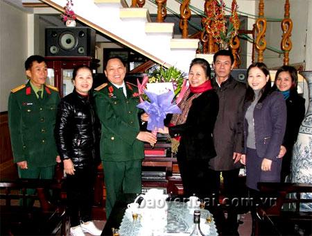 Đồng chí Ngô Thị Chinh – Phó Chủ tịch UBND tỉnh tặng quà và hoa chúc mừng Thiếu tướng Lý A Sáng.