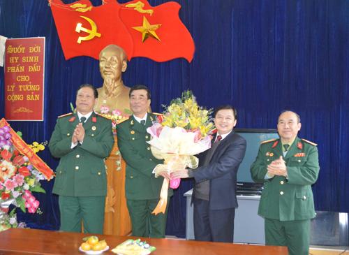 Đồng chí Dương Văn Thống – Phó Bí thư Thường trực Tỉnh ủy tặng hoa chúc mừng Hội Cựu chiến binh tỉnh.
