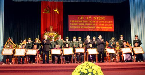 Các đồng chí lãnh đạo tỉnh trao danh hiệu cho các Mẹ Việt Nam anh hùng.