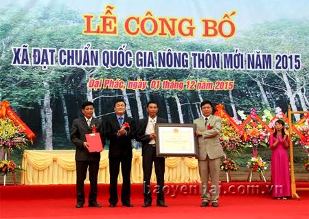 Đồng chí Nguyễn Chiến Thắng- Phó Chủ tịch UBND tỉnh ( người thứ 2 từ  trái sang) trao giấy chứng nhận đạt chuẩn Nông thôn mới cho xã Đại Phác.