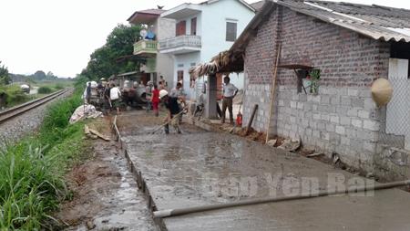 Nông dân thôn 1, xã Đào Thịnh chung sức làm đường giao thông nông thôn.