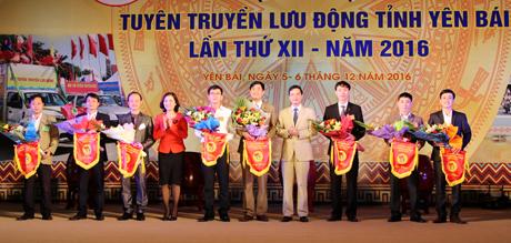 Phó Chủ tịch UBND tỉnh Dương Văn Tiến tặng hoa và cờ lưu niệm cho các đội tham gia Hội thi.