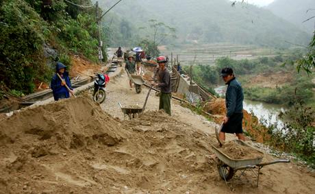 Xây dựng kết cấu hạ tầng ở xã đặc biệt khó khăn Xuân Long, huyện Yên Bình. Ảnh Quang Tuấn