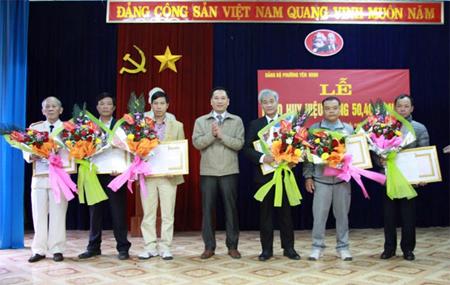 Đồng chí Trần Xuân Thủy - Phó Bí thư Thành ủy - Chủ tịch UBND thành phố trao huy hiệu 30 năm tuổi Đảng cho các đảng viên đủ tiêu chuẩn.