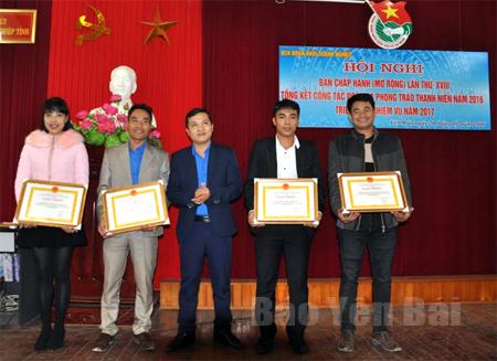 Lãnh đạo Đoàn Khối doanh nghiệp tỉnh trao giấy khen cho các tập thể, cá nhân có thành tích xuất sắc năm 2016.
