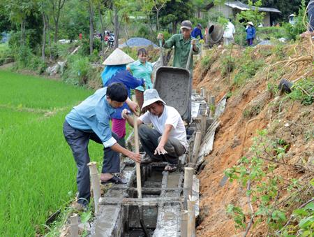 Nhân dân xã Sơn Lương, huyện Văn Chấn kiên cố hóa kênh mương nội đồng.