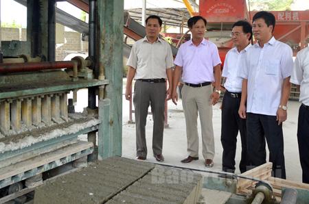 Lãnh đạo thành phố kiểm tra tình hình sản xuất tại cơ sở sản xuất gạch không nung thuộc Khu Công nghiệp Đầm Hồng.