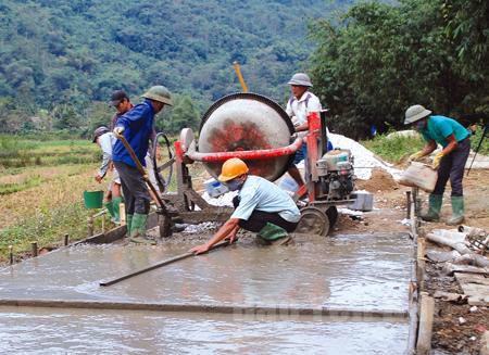 Người dân thôn Loong Xe làm đường giao thông nông thôn.