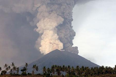 Các cơ quan chức năng Indonesia đã nâng mức cảnh báo thảm họa thiên tai tại Bali lên mức cao nhất do những hoạt động của núi lửa Agung.