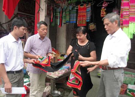 Cán bộ phường Trung Tâm và Tổ dân phố 20 tìm hiểu, động viên người dân phát triển kinh doanh trên Tuyến phố Văn hóa thương mại.