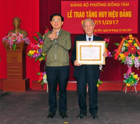 Đồng chí Đoàn Đức Thuận - Phó Bí thư Thành ủy Yên Bái trao Huy hiệu 70 năm tuổi Đảng cho đảng viên Hồ Minh Ngoạn sinh hoạt tại chi bộ Lê Văn Tám.
